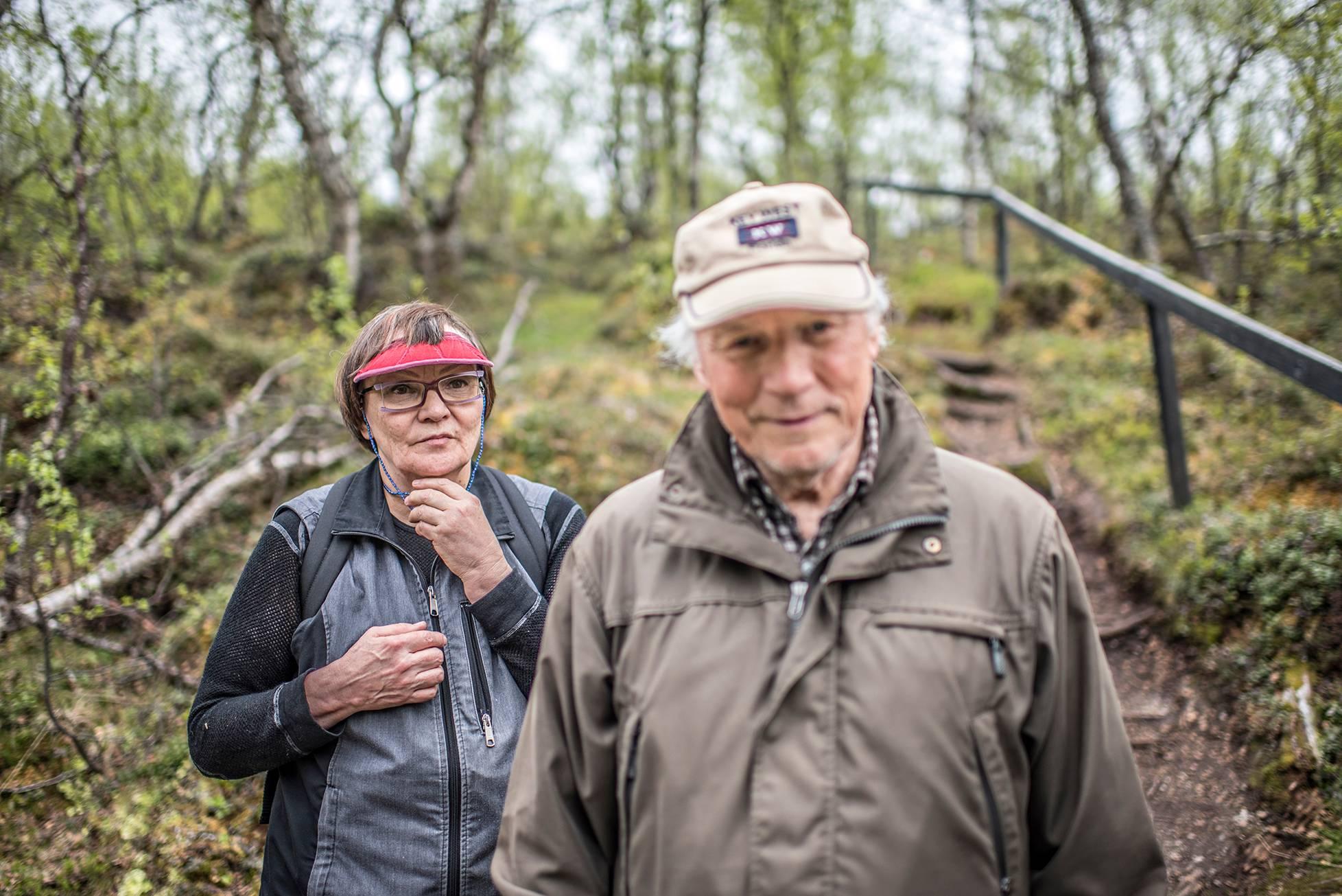 Kerttu Vuolab ja Arvi Hagelin laskeutuvat lähteelle luontopolulta.