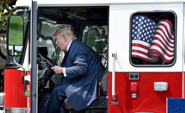 Presidentti Donald Trump tutustui paloautoon Yhdysvaltojen teollisuustuotantoa esittelevässä näyttelyssä Valkoisessa talossa 17. heinäkuuta 2017.