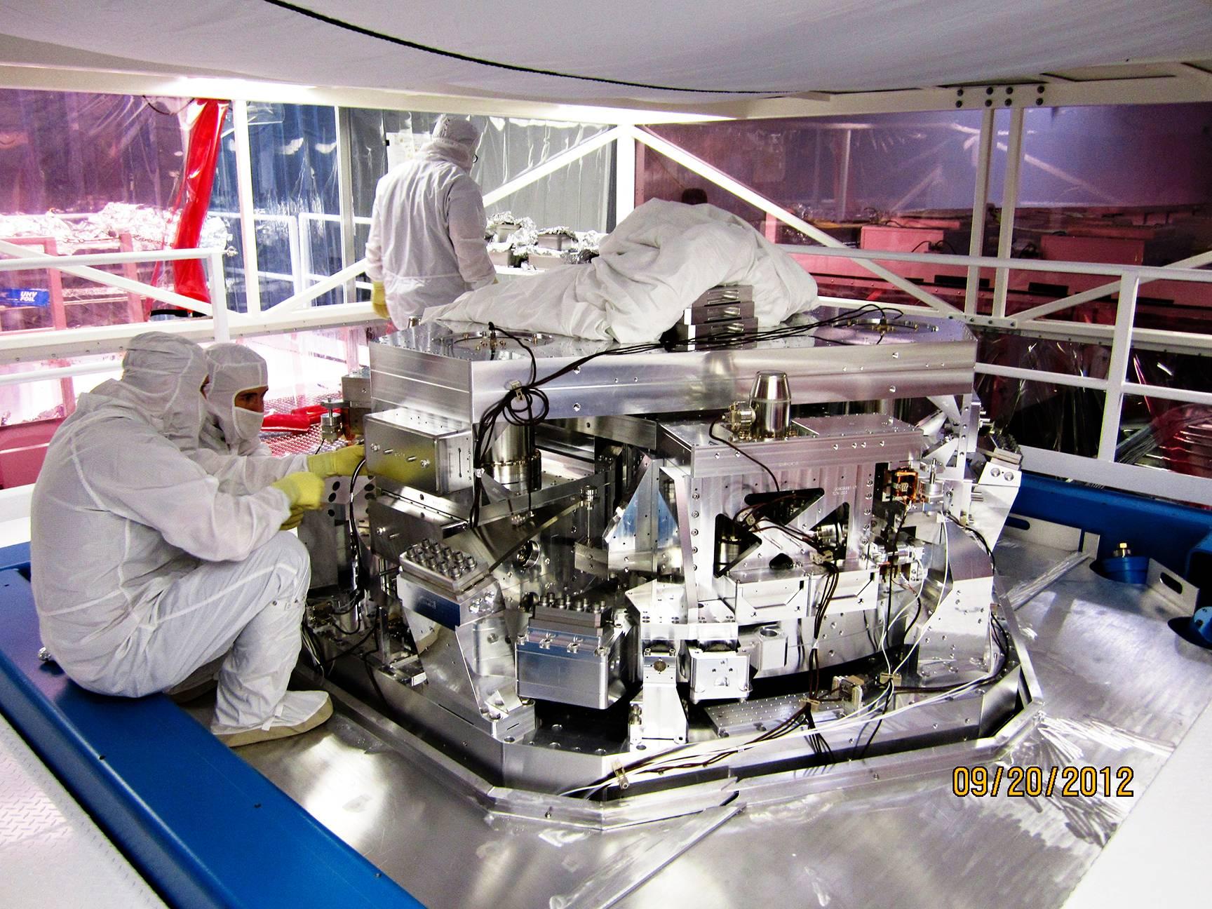 Lasersäde suunnataan LIGOn kahteen toisiaan vastaan kohtisuoraan tyhjiöputkeen säteenjakajalla.