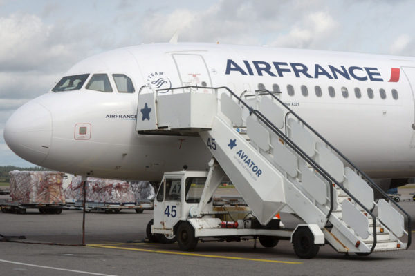 Air Francen matkustajakone Helsinki-Vantaan lentokentällä 2. syyskuuta 2016.