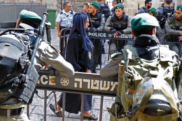 Palestiinalainen nainen kulki al-Aqsan moskeijaan 28. heinäkuuta 2017.