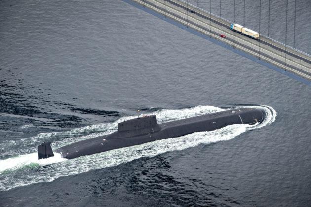 Venäläinen ydinsukellusvene Dmitri Donskoi Ison-Beltin sillan alla Tanskassa 21. heinäkuuta 2017.