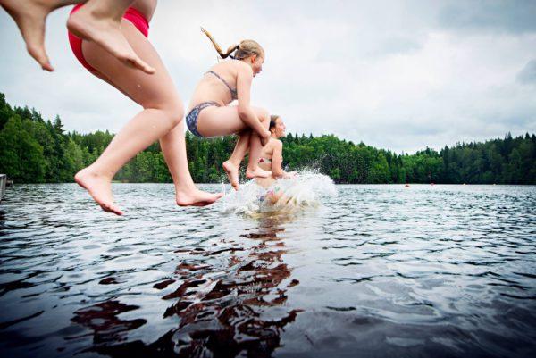 Sanni, Viivi, Mariia ja Ella viettävät kesäpäivää Vantaan Kuusijärvellä.