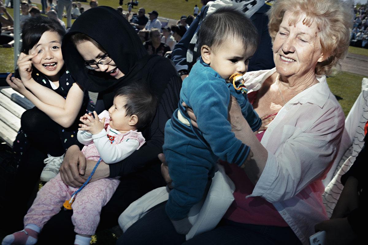 Korsnäsin kunta juhli 130-vuotissyntymäpäiväänsä heinäkuussa. Korsnäsläiset kerääntyivät jalkapallokentälle: Hanije Moradin (vas.) vieressä istuu Hamide Alizade sylissään Helena Moradi. Else-Maj Westerholmin (oik.) sylissä on Mohammad Reza.