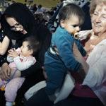 Korsnäsin kunta juhli 130-vuotissyntymäpäiväänsä heinäkuussa 2017. Korsnäsläiset kerääntyivät jalkapallokentälle: Hanije Moradin (vas.) vieressä istuu Hamide Alizade sylissään Helena Moradi. Else-Maj Westerholmin (oik.) sylissä on Mohammad Reza.