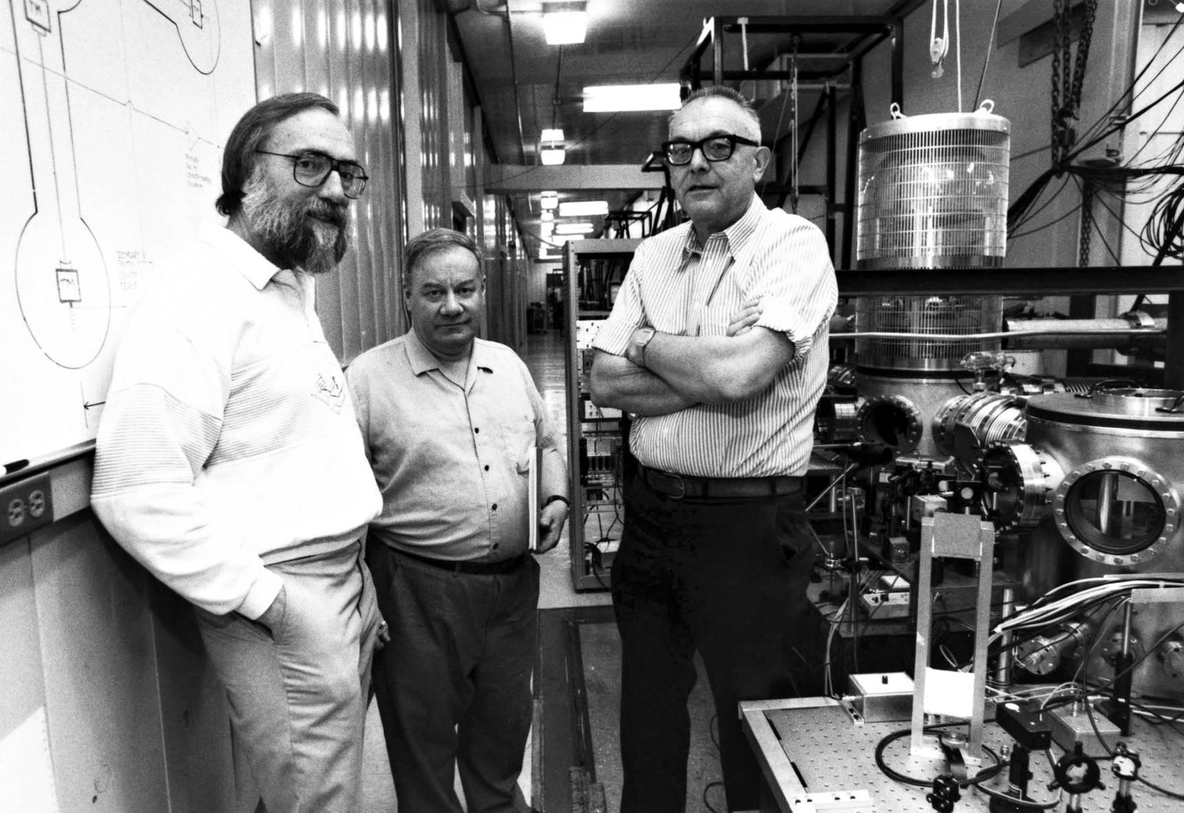 Gravitaatioaaltojen etsijät Kip Thorne (vas.), Ronald Drever ja Rochus Vogt, joka johti LIGO-projektia 1986–1994.
