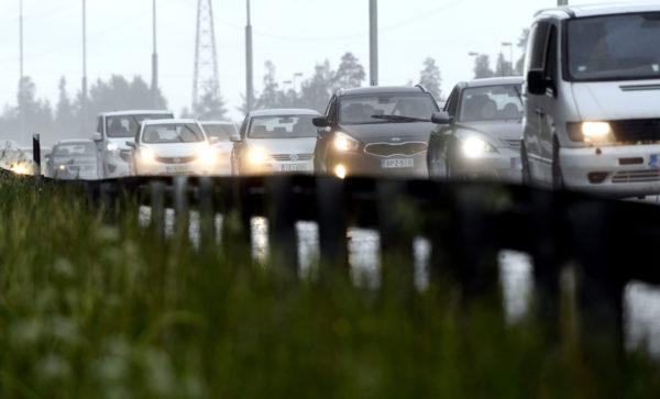 Juhannuksen menoliikennettä 4-tiellä Vantaalla torstaina 22. kesäkuuta 2017.