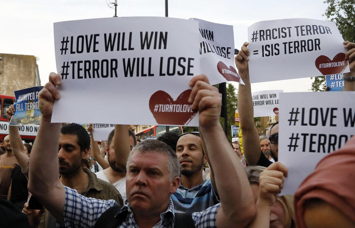Ihmiset kokoontuivat Lontoon Finsbury Parkissa vastustamaan terrorismia 19. kesäkuuta 2017, kun walesilainen Darren Osborne oli ajanut pakettiautolla moskeijasta poistuneiden päälle.