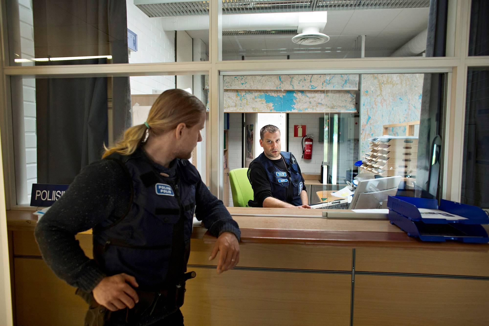 Tuomas Reiman ja Ilari Sieppi torstaivuorossa Mänttä-Vilppulan poliisiasemalla.
