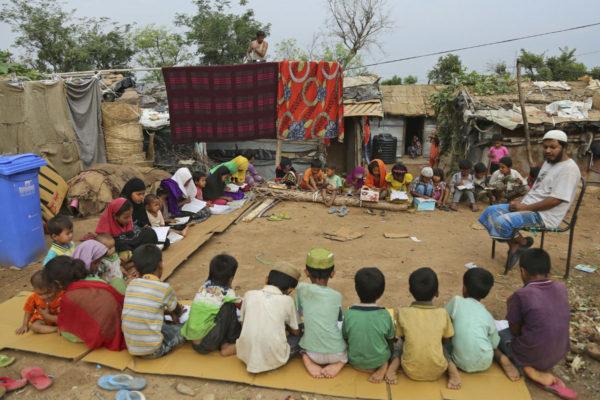 Rohingya-lapsia islamilaisessa koulussa pakolaisleirissä Jammussa Intiassa 20. kesäkuuta 2017.