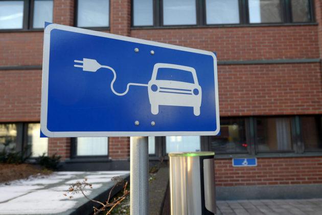 Sähköauton latauspiste Kuntatalolla Helsingissä helmikuussa 2017.