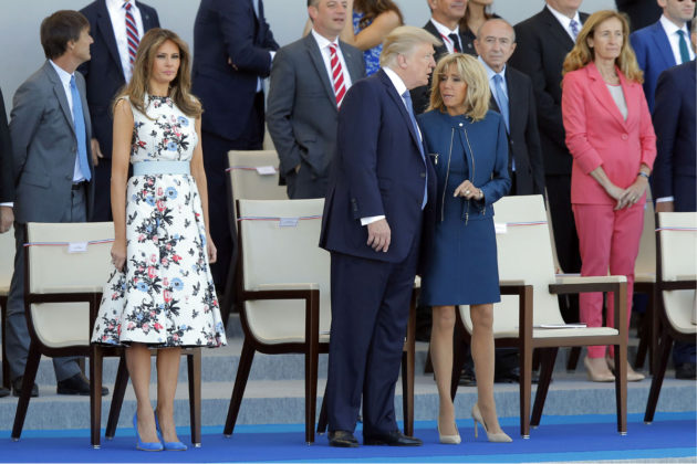 Melanie Trump (vas.), Brigitte Macron ja Donald Trump seurasivat Ranskan kansallispäivän sotilasparaatia Pariisissa 14. heinäkuuta 2017.