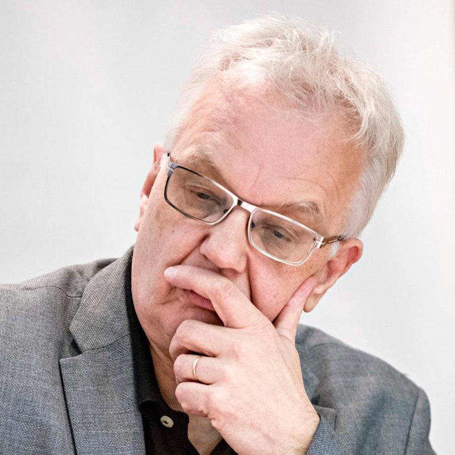 Esa Mäkinen on ollut Kittilän kunnan palveluksessa 1981 alkaen. Hallintojohtajana hän tuntee kunta- ja hallintolait.