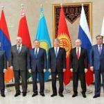 Armenian presidentti (vas.) Serž Sarkisian, Valko-Venäjän Aljaksandr Lukašenko, Kazakstanin Nursultan Nazarbajev, Kirgisian Almazbek Atambajev, Venäjän Vladimir Putin ja Tadžikistanin Emomali Rahmon Euraasian talousneuvoston kokouksessa Biškekissä 14. huhtikuuta.