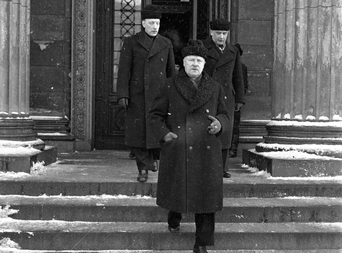 Talvisodan ulkoministeri Väinö Tanner (edessä), entinen presidentti Risto Ryti ja entinen pääministeri Edwin Linkomies poistuvat Säätytalon sotasyyllisyysoikeudenkäynnistä marraskuussa 1945.