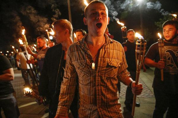 Valkoista nationalismi kannattavat ryhmät marssivat yliopiston kampuksella Yhdysvaltain Charlottesvillessä perjantaina 11. elokuuta 2017.