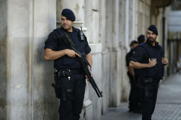Poliisit partioivat Barcelonassa 18. elokuuta 2017.