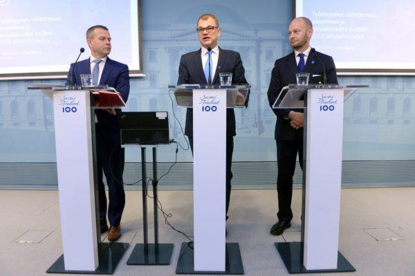 Valtiovarainministeri Petteri Orpo (kok), pääministeri Juha Sipilä (kesk) ja Eurooppa-, kulttuuri- ja urheiluministeri Sampo Terho (s) budjettiriihen päätösinfossa Helsingissä 31. elokuuta 2017.