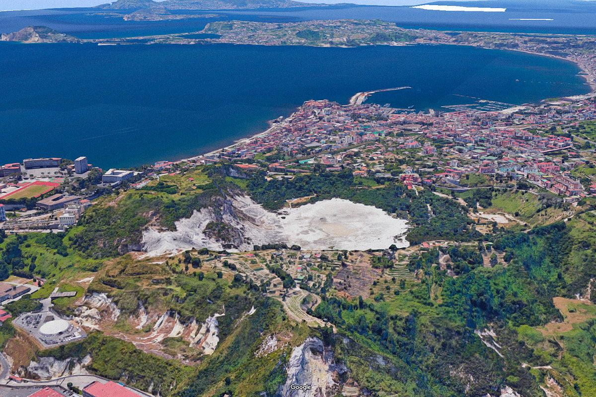 Satelliittikuvien yhdistelmä tulivuoren sijainnista. Vaalealla alueella Solfatara-kraatteri ja Pisciarellin kaasu- ja mutapurkauskenttä, takana Pozzuolin kaupunki.