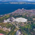 Satelliittikuvien yhdistelmä tulivuoren sijainnista. Vaalealla alueella Solfatara-kraateri ja Pisciarellin kaasu- ja mutapurkauskenttä, takana Pozzuolin kaupunki.