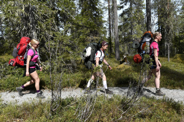 Retkeilijöitä Hossan retkeilyalueella Suomussalmella kesäkuussa 2017.