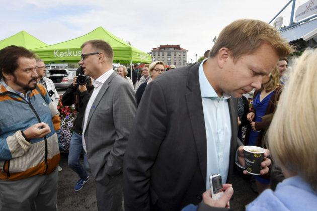 Puheenjohtaja Juha Sipilä ja eduskuntaryhmän puheenjohtaja Antti Kaikkonen keskustan eduskuntaryhmän kesäkokouksen toritapahtumassa Savonlinnassa 22. elokuuta 2017.
