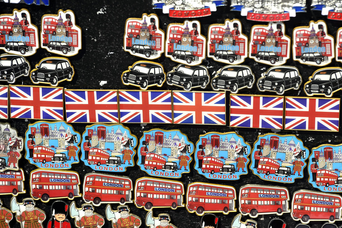 Matkamuistoja myytävänä Lontoossa.