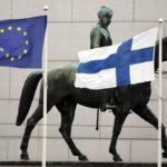 Mannerheimin ratsastajapatsas sekä Suomen ja EU:n liput Helsingin keskustassa.