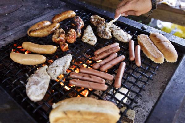Lihaa ja makkaroita grillissä.