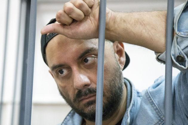 Teatteriohjaaja Kirill Serebrennikov odotti oikeusistunnon alkua Moskovassa 23. elokuuta.