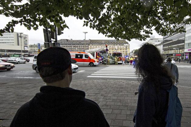 Pelastuslaitoksen autoja puukotuspaikalla Turun torilla 18. elokuuta 2017.
