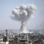 Syyrian hallitusta tukevien joukkojen ilmaisku Jobarissa lähellä Damaskosta 9. elokuuta 2017.