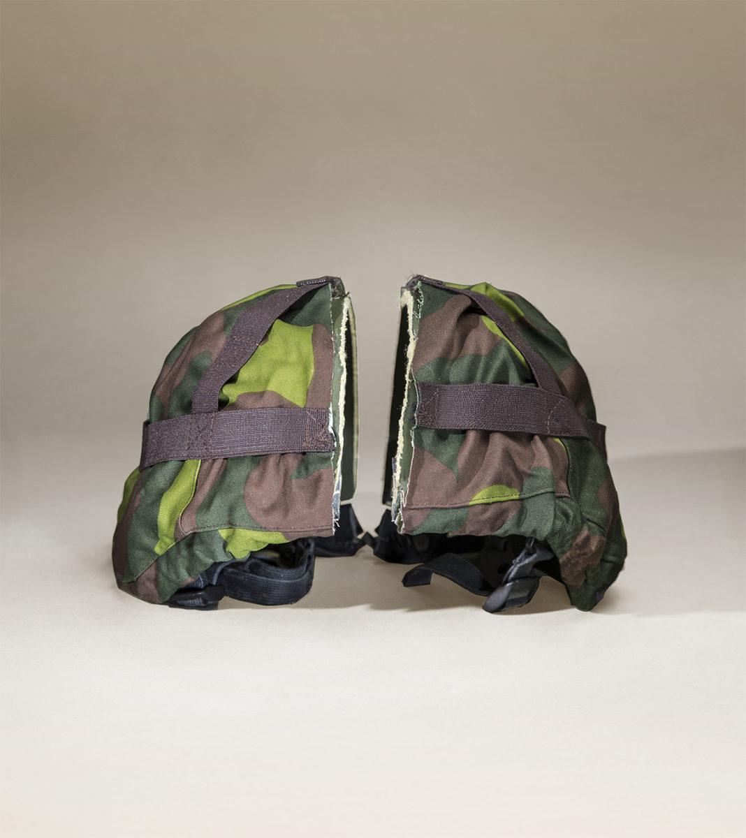 Armeijan kypärä naamiosuojalla.