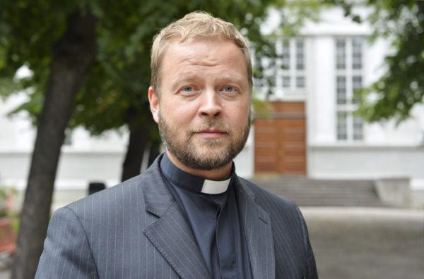 Helsingin piispaksi valittu Teemu Laajasalo Helsingin vanhan kirkon edessä keskiviikkona 16. elokuuta 2017.