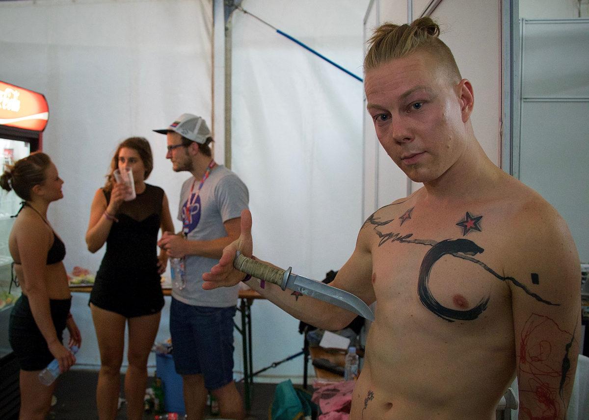 Teemu Virtasen repertuaariin kuuluu myös jonglööraus aidoilla metsästyspuukoilla.