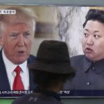 Eteläkorealainen mies katseli Donald Trumpia ja Kim Jong-Unia televisiosta Soulin rautatieasemalla 10. elokuuta 2017.