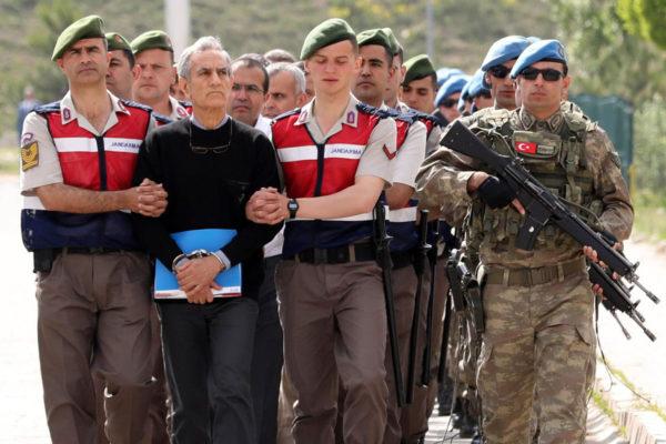 Sotilaat saattoivat ilmavoimien entisen komentajan Akin Öztürkin ja muut syytetyt vankilasta alustavaan oikeuskäsittelyyn Ankarassa Turkissa 22. toukokuuta 2017.