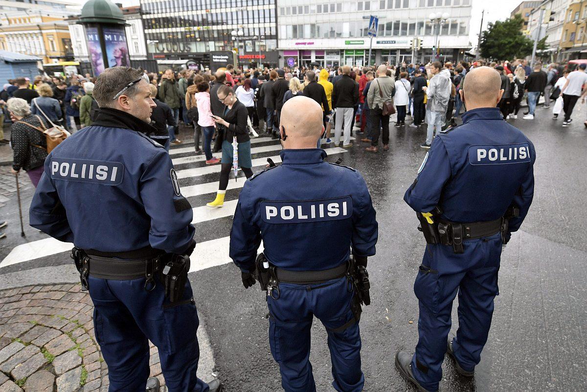 Poliiseja Turun kauppatorilla 19. elokuuta 2017.