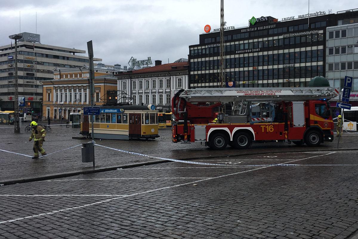 Pelastuslaitos puhdisti Turun toria puukotusten jälkeen perjantai-iltana 18. elokuuta 2017.