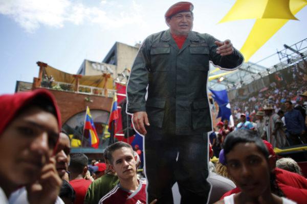 Hallituksen kannattajat kantoivat edesmenneen presidentin Hugo Chavezin kuvaa uutta perustuslakielintä tukeneessa mielenilmauksessa Venezuelan Caracasissa 7. elokuuta 2017.