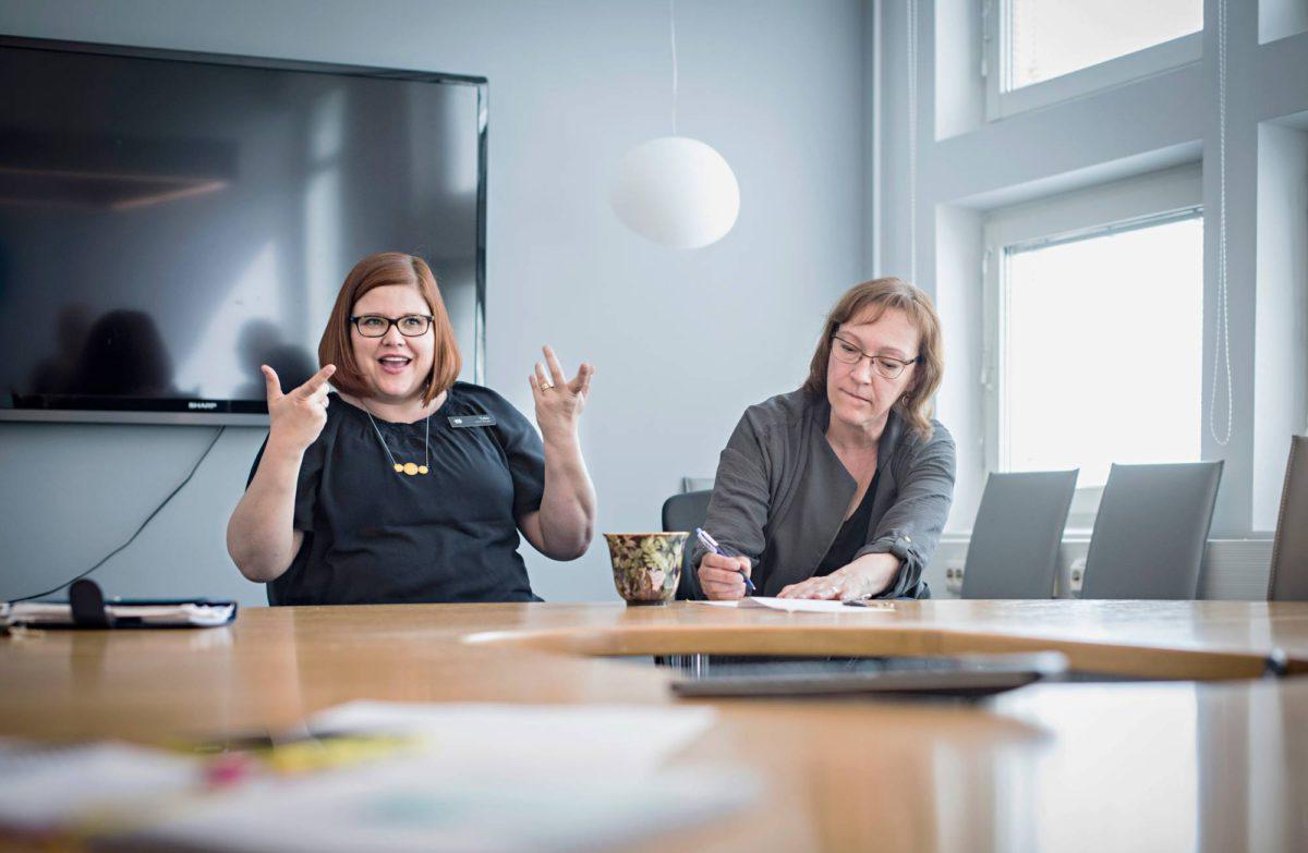 Keikkatulkki Heidi Kangas (vas.) ja Kuurojen Liitossa työskentelevä Susanna Söderlund tulkkaavat kokousta parityönä.