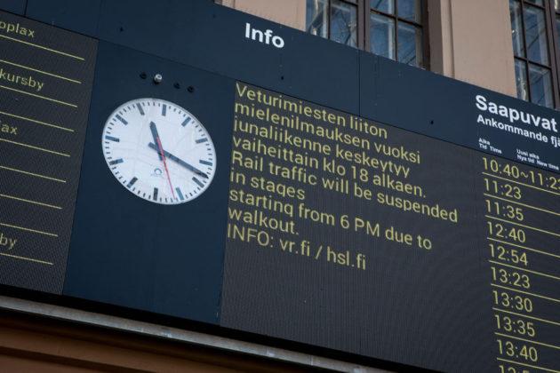 Lakkoilmoitus Helsingin rautatieasemalla 14. elokuuta 2017.