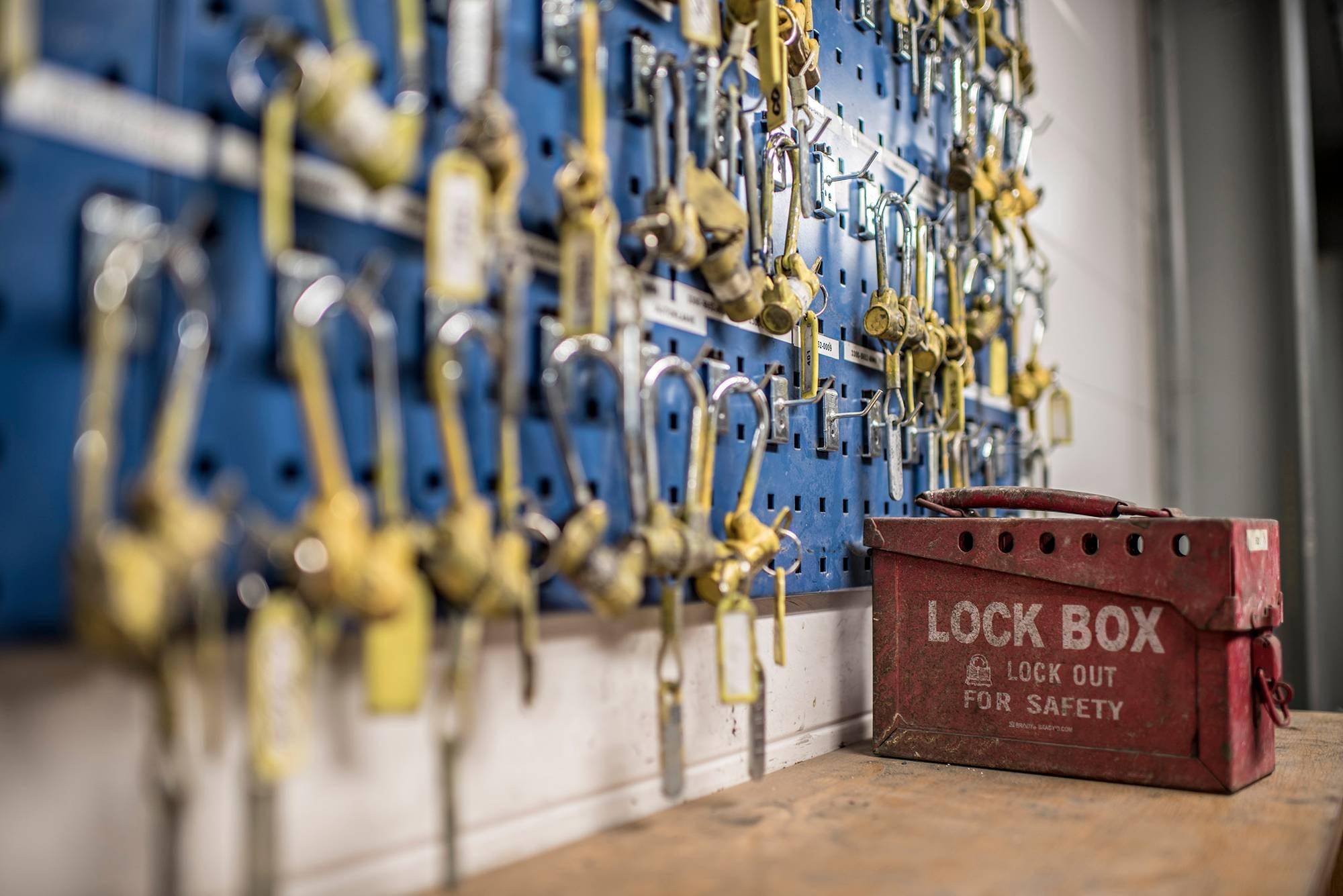 Kun rikastamon laitteita huolletaan, osa lukitaan monella avaimella, jotta laitteita ei voi käynnistää vahingossa.