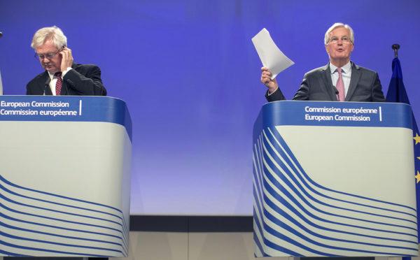 Britannian ja EU:n brexit-pääneuvottelijat David Davis (vas.) ja Michel Barnier puhuivat tiedotusvälineille Brysselissä 28. syyskuuta.