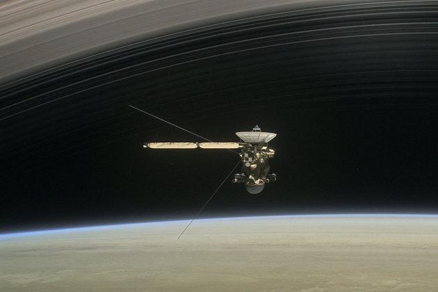 Taiteilijan näkemys Cassinista sukeltamassa Saturnuksen ja sen sisimmän renkaan välissä.