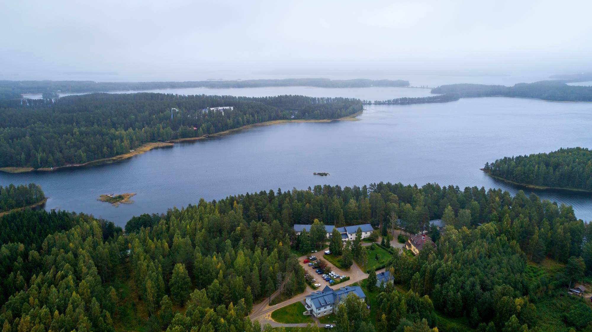 Itä-Karjalan kansanopisto sijaitsee Vaahersalon saaressa Punkaharjulla.