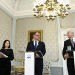 Opetusministeri Sanni Grahn-Laasonen (kok),  pääministeri Juha Sipilä (kesk) ja MIT:n professori, talouden nobelisti Bengt Holmström kertoivat talousalan huippuhankkeesta Helsingissä 19. syyskuuta 2017.