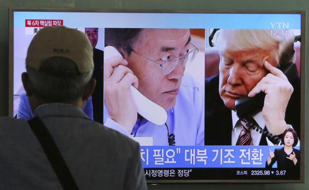 Mies katselee uutisia Soulin rautatieasemalla Etelä-Koreassa 5. syyskuuta 2017.
