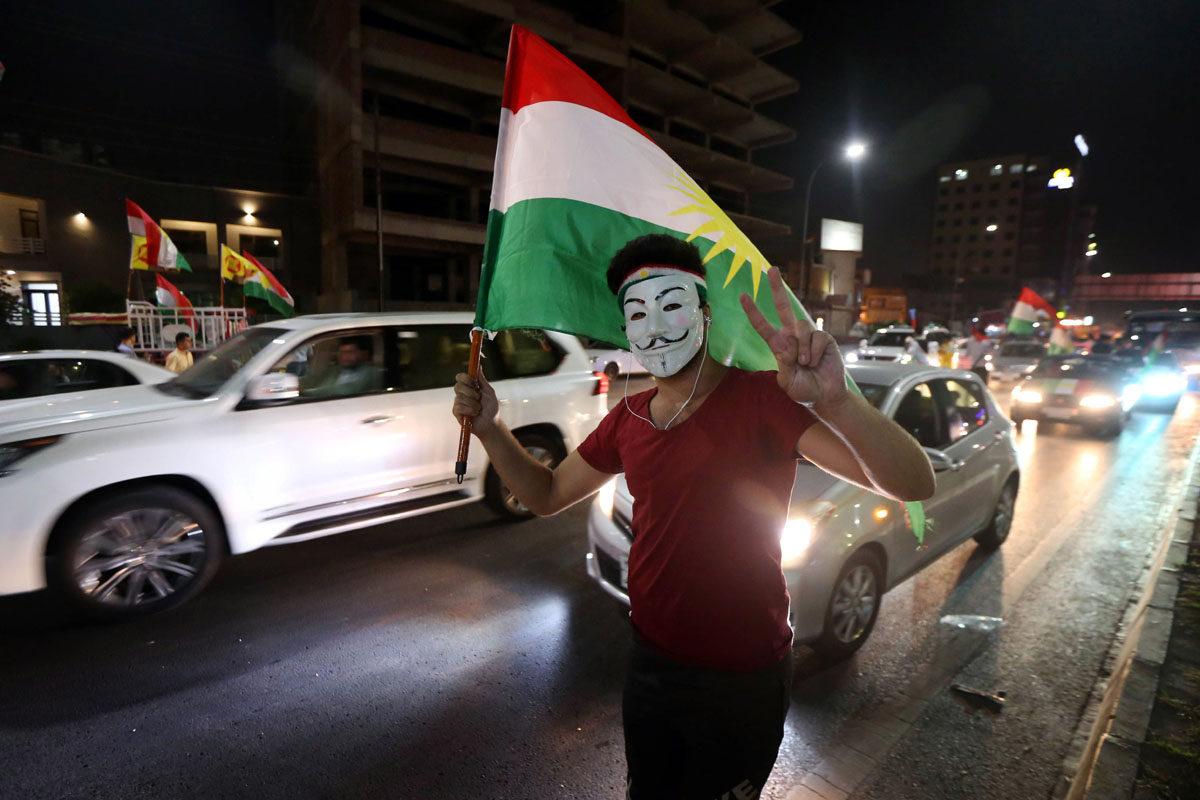 Irakin kurdi juhli Kurdistanin kansanäänestyksen tulosta Arbilissa 27. syyskuuta 2017.