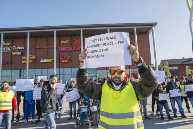 Turvapaikanhakijat osoittivat mieltään Victorian torilla Torniossa tiistaina 5. syyskuuta 2017.